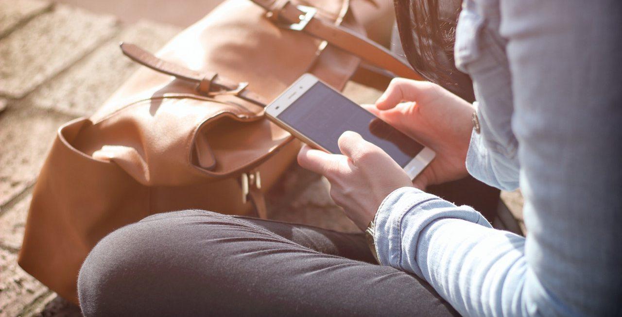 Persona consultando un móvil
