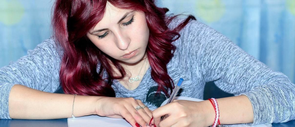 Chica haciendo un examen