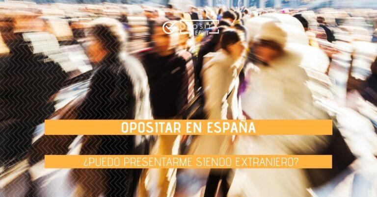 """Grupo de gente en zona turística desenfocada con printer que especifica el tema """"oposiciones en españa para extranjeros"""""""