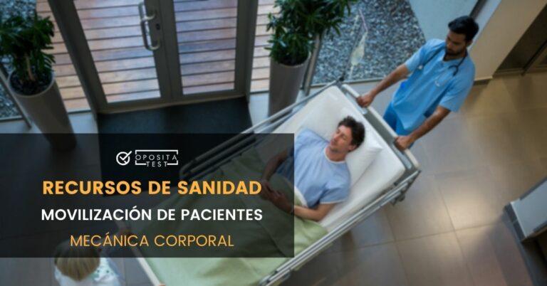 Imagen cenital de dos profesionales sanitarios trasladando a un paciente tumbado en camilla en entorno hospitalario para ilustrar una entrada en la que se analiza la movilización de pacientes: Principios generales y la mecánica corporal