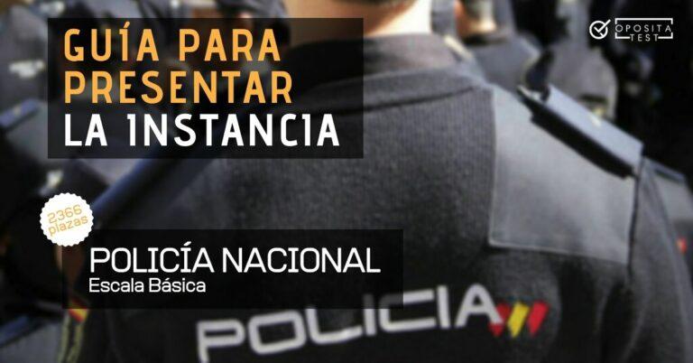 Imagen de un policía nacional de espaldas con uniforme para acompañar un post en el que se analiza cómo presentar la instancia para la convocatoria de la oposición a Policía Nacional