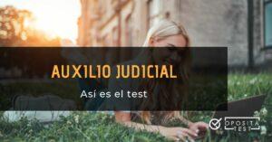 Mujer rubia sobre hierba con portátil y printer con la leyenda Así es el test de auxilio judicial