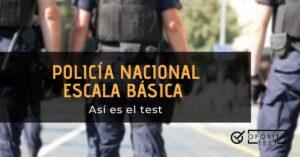 Varios agentes de espaldas con printer en el que se destaca el formato del test de policía nacional en escala básica