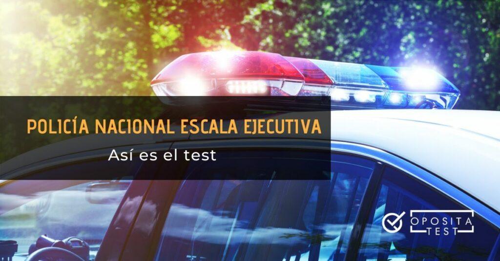 Coche de policía con luces encendidas y printer en el que se especifica que se tratará el tema del test de policía nacional en la escala ejecutiva