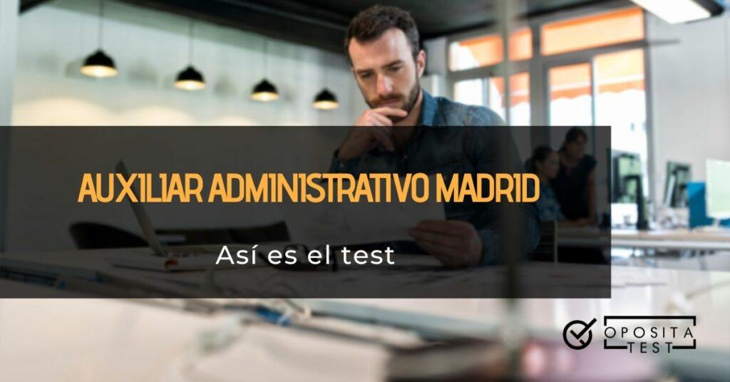 Persona adulta joven con barba usando ordenador en entorno de oficina acompañado de printer que especifica que se hablará del test de la oposición Auxiliar Administrativo de Madrid