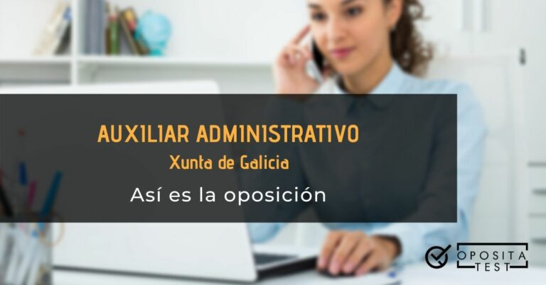 Persona con camisa azul, usando ordenador y teléfono para ilustrar el post que analiza cómo es la oposición de auxiliar administrativo de la Xunta de Galicia