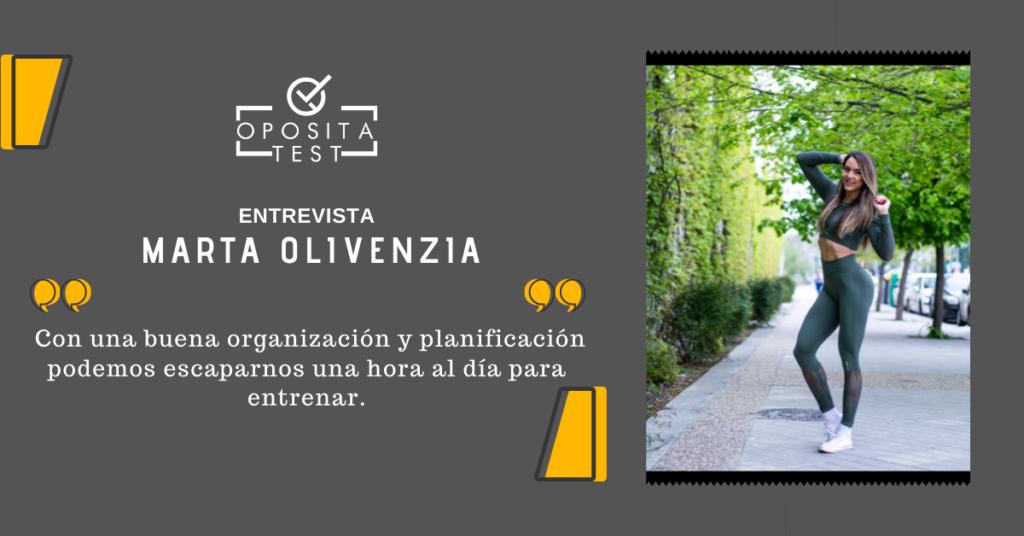 Marta Olivenzia posa en la calle junto a una frase destacada de su entrevista que hace alusión a entrenar y opositar