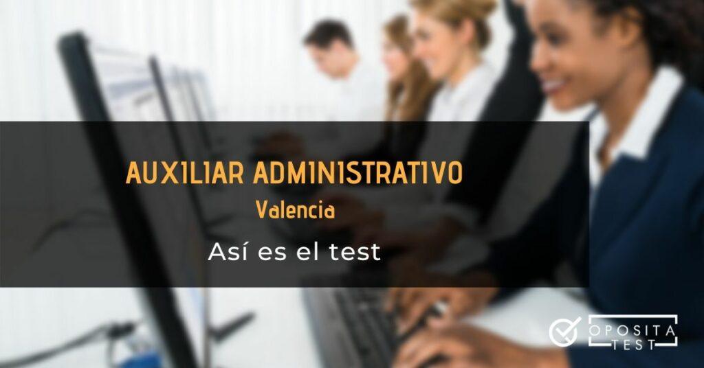 Personas en entorno de oficina con uniformes oscuros y camisas blancas trabajan con ordenadores para ilustrar el post sobre el test de Auxiliar Administrativo de Valencia