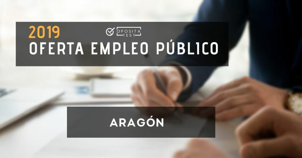 Imagen ilustrativa de mano de persona en atuendo profesional con bolígrafo y papeles para ilustrar la oferta de empleo público de Aragón de 2019