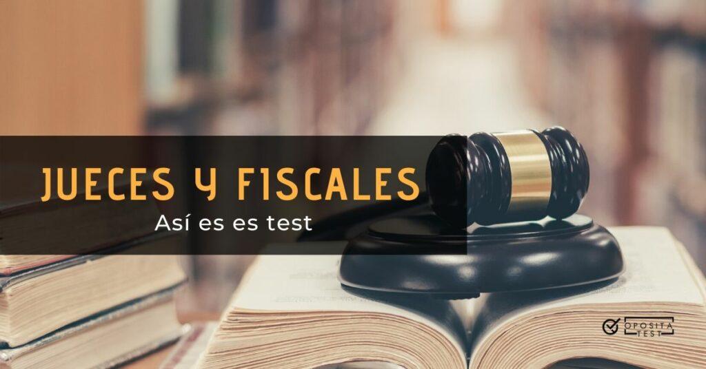 Imagen generica de un mazo de juez sobre libros en una biblioteca fuera de foco para ilustrar un post en el que se analiza el formato del examen (test y pruebas orales) del proceso selectivo de jueces y fiscales en España