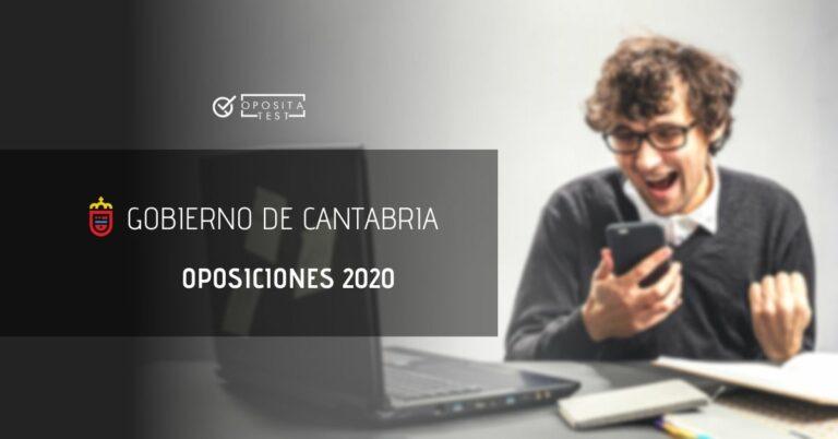 Imagen genérica de persona fuera de foco delante de ordenador usando smartphone y con cara y gesto de alegría para acompañar un post en el que se analizan las oposiciones en Cantabria en 2020