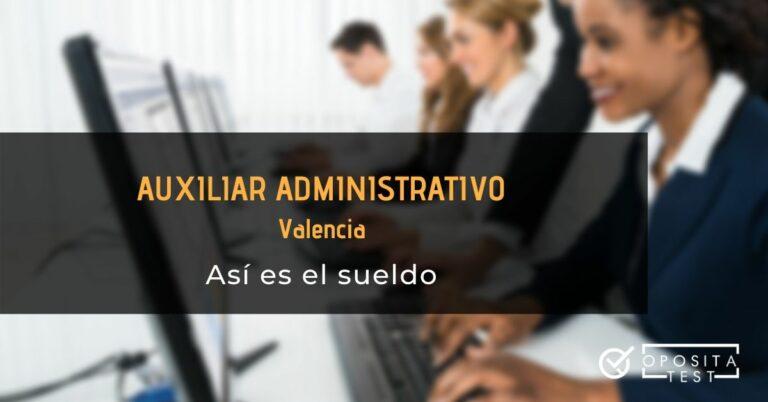 Imagen de grupo de personas en uniforme de oficina trabajando con ordenadores fuera de foco para acompañar una entrada en la que se analiza el sueldo de un auxiliar administrativo de la Generalitat Valenciana