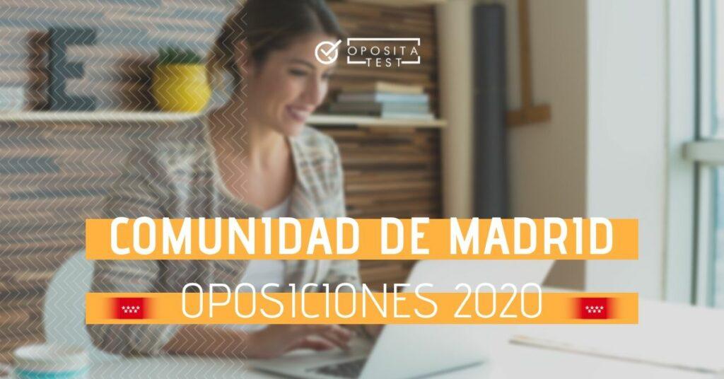 Imagen de una persona en entrono del hogar usando un ordenador portátil con cara de relajación para acompañar una entrada en la que se analizan las oposiciones de la comunidad autónoma de Madrid