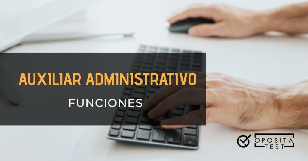 En la imagen se ven las manos de un hombre usando el ratón y el teclado de un ordenador. Toda la imagen está fuera de foco. Se usa para ilustrar una entrada sobre las funciones de un Auxiliar Administrativo en Sanidad.