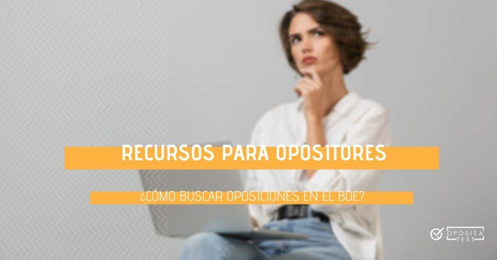 Imagen fuera de foco de persona en camisa blanca y pantalones vaqueros usando un ordenador portátil y con cara de duda. Se usa para acompañar una entrada en la que se explica cómo usar el BOE para buscar oposiciones