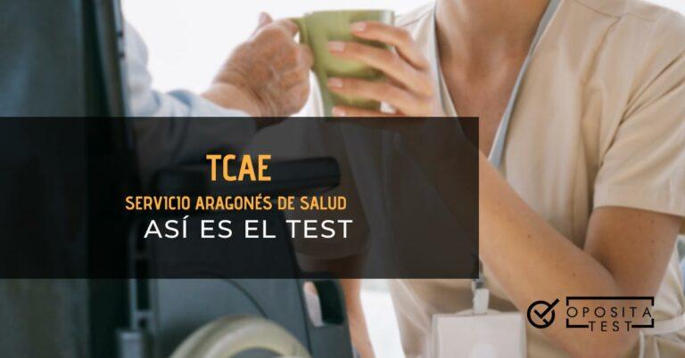 Auxiliar de enfermería dándole una taza a una persona mayor en una silla de ruedas. Toda la imagen está fuera de foco. Se utiliza para ilustrar una entrada sobre el test de TCAE del Servicio Aragonés de Salud.