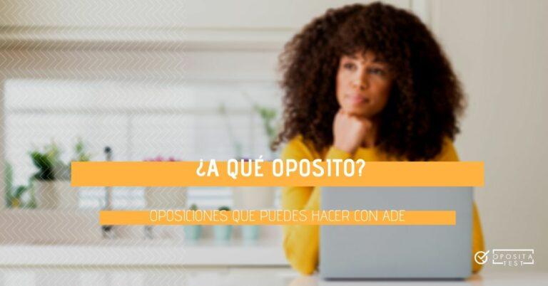 Imagen de persona de cabello rizo oscuro sentada delante de ordenador portátil con cara pensativa para acompañar un post en el que se analiza qué oposiciones se pueden preparar con la titulación de Administración y Dirección de Empresas (ADE)