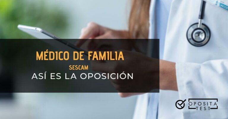 Brazos de una doctora de pelo largo castaño sosteniendo y tocando la pantalla de una tablet. Toda la imagen está fuera de foco. Se utiliza para ilustrar una entrada sobre la oposición de Médico de Familia del SESCAM.