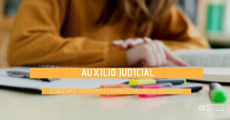 Imagen fuera de foco de persona con cabello largo y jersey color mostaza usando subrayadores de colores sobre libro para ilustrar un post en el que se comparten esquemas para repasar la oposición de Auxilio Judicial