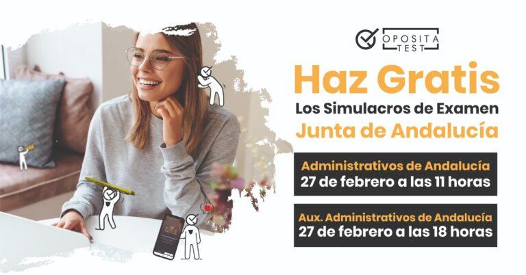 Imagen de persona joven sonriente con ordenador para acompañar una entrada en la que se habla de los simulacros de examen real de auxiliar y administrativo de la Junta de Andalucía