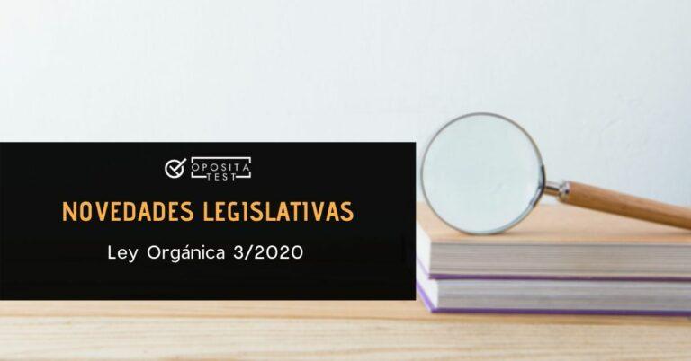 Imagen fuera de foco de libros y lupa sobre fondo claro para acompañar una entrada en la que se analizan las oposiciones afectadas por la Ley Orgánica 3/2020, que reforma la Ley de Educación