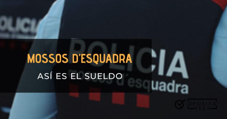 Dos mossos d'esquadra de espaldas. Toda la imagen está fuera de foco. Se utiliza para ilustrar una entrada sobre el sueldo de los mossos d'esquadra.