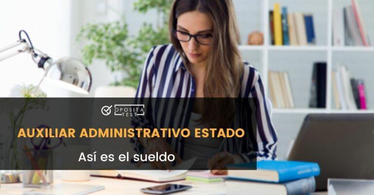 Imagen de persona joven con cabello largo y camisa de rayas azules usando ordenador en entorno de oficina para acompañar una entrada en la que se analiza el sueldo de un Auxiliar Administrativo del Estado
