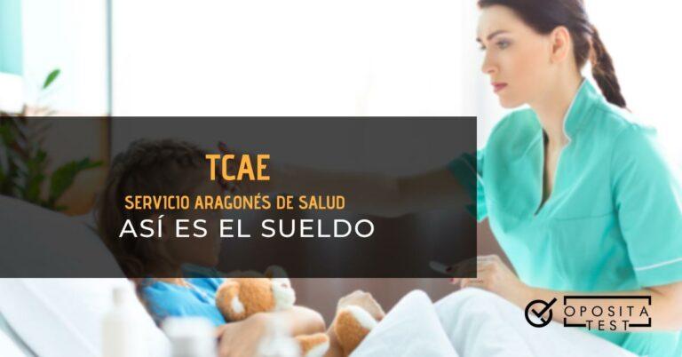 TCAE tomándole la temperatura a una niña que está acostada en la cama de un hospital, con un termómetro en la mano y tocándole la frente con la otra. Toda la imagen está fuera de foco. Se utiliza para ilustrar una entrada sobre el sueldo de TCAE (Auxiliar de Enfermería) de Aragón.