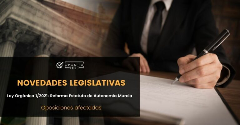 Imagen genérica de persona firmando documentación junto a fondo desenfocado de edificio institucional para acompañar una entrada en la que se analizan las oposiciones afectadas por la Ley Orgánica 1/2021, que modifica el Estatuto de Autonomía de la Región de Murcia