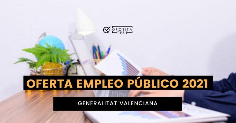 Imagen fuera de foco de persona usando portátil y folios con gráficos en un escritorio con plantas para acompañar un texto en el que se analiza la Oferta de Empleo Público (OEP) 2021 de la Generalitat Valenciana