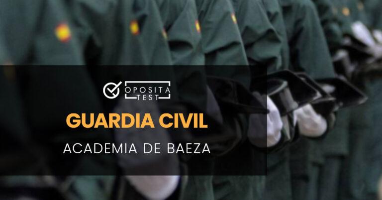 Guardias Civiles de espaldas desfilando. Toda la imagen está fuera de foco. Se utiliza para ilustrar una entrada sobre la Academia de Guardia Civil de Baeza.